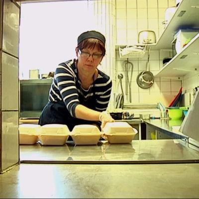 Kocken Janine Vinter har en varierad meny för äldre i Karis.