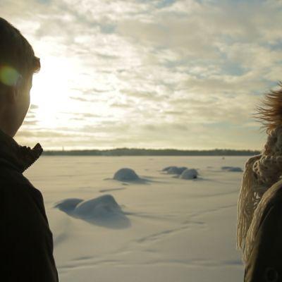 Konsta Punkka ja Minttu Heimovirta katsovat maisemaa merijäällä