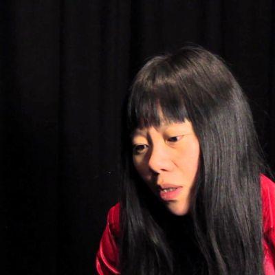 aasialainen nainen punaisessa nahkatakissa