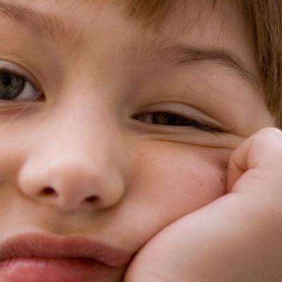 tylsistynyt lapsi murjottaa