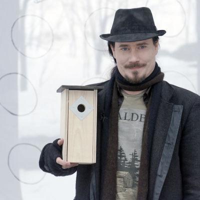 Tuomas Holopainen on mukana Miljoona linnunpönttöä -kampanjassa.