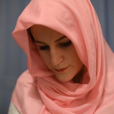 Merjema Dizdarevic läser koranen i närbild