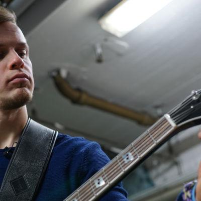 Konsta Hietanen laulaa cover-keikoilla ja tekee myös omaa musiikkia.