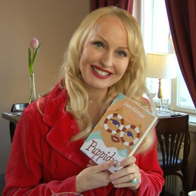 Laura Paloheimo visar upp sin nya bok Puppiduu.