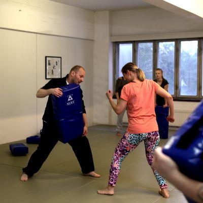 Kuvassa Sami Sallinen, joka opettaa naisia itsepuolustuskurssilla