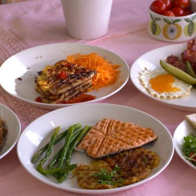 Kuvassa erilaisia ruokia, joita vohveliraudalla voi valmistaa.