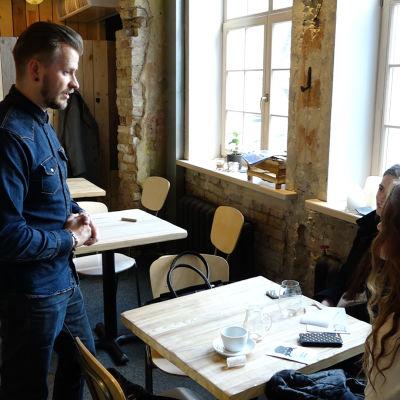 Ancis Romanovskis och kunder på Rocket Bean Roastery i Riga.