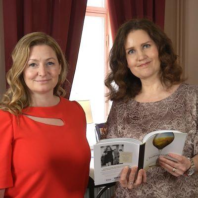 Essi Avellan och Pia-Maria Lehtola på ett café.