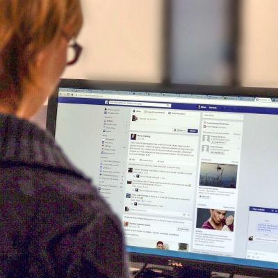 En kvinnar surfar på Facebook.