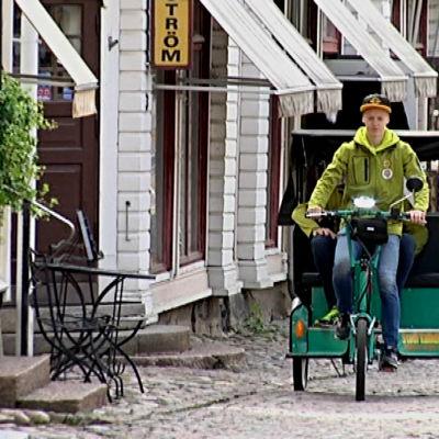 Cykeltaxin på rundtur i Gamla stan i Borgå