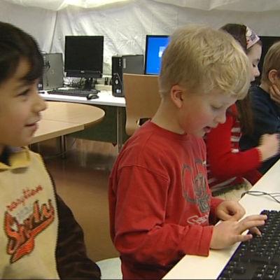 Skolelever vid datorn.