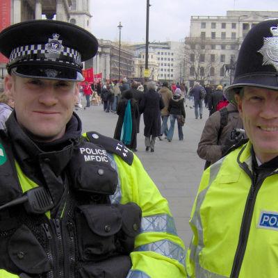 Poliiseja Lontoossa.