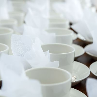 Kahvikupit järjestyksessä pöydällä.