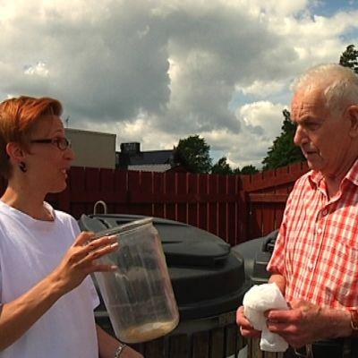 Soppolis Rakel Allén berättar vart Tor-Erik Enberg ska lägga glasburken.