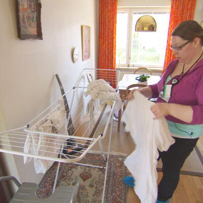 Linda Nwaogo är närvårdare i hemvården på Drumsö i Helsingfors. Hon tycker att det går rätt så bra men många av hennes kolleger i andra kommuner har det mycket stressigt.