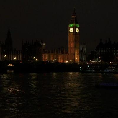 Iltanäkymä Lontoossa Thamesilta Parlamenttitalolle