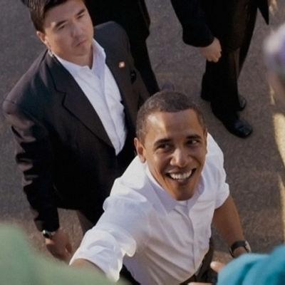 Barack Obama tervehtii ihmisiä