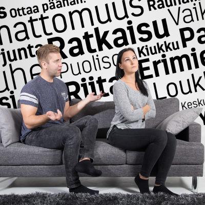 Pariskunta sohvalla.