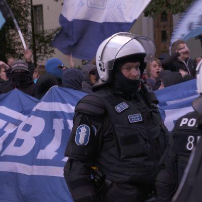 Poliiseja mellakkavarustuksessa Klubin marssiessa Stadin Derbyssä 2016.