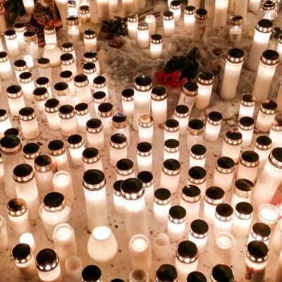 Ljus vid platsen där trippelmorden i Imatra skedde.