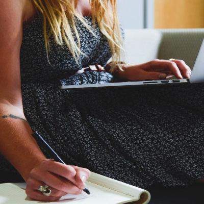 nainen ja tietokone