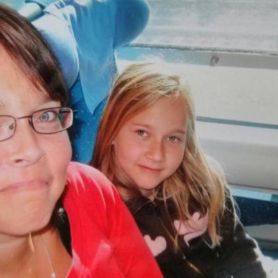 Vlogaaja Mansikkka ja äitinsä Mamma Pia istuvat junassa.