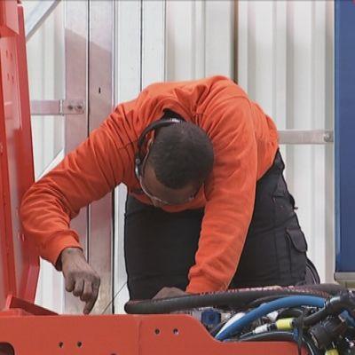 Anställd jobbar med gruvmaskin på Sandviks fabrik i Åbo.