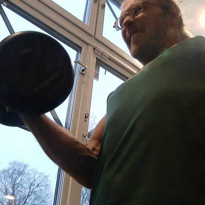 Otto Linderborg lyfter hantlar på sitt gym.