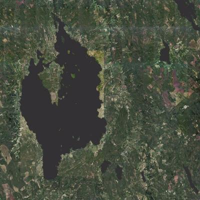 Järvi ylhäältä päin kuvattuna.