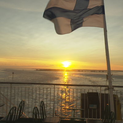 Finlads flagga vajar i aktern på en stor båt.