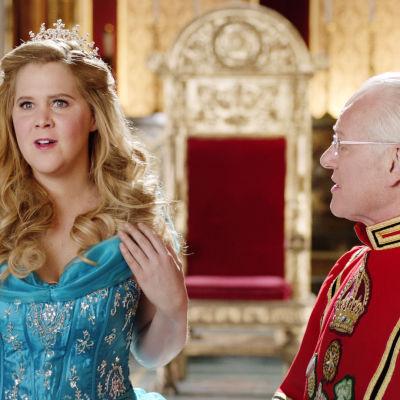 Amy Schumer kuningattarena ja Tim Gunn kuninkaana.