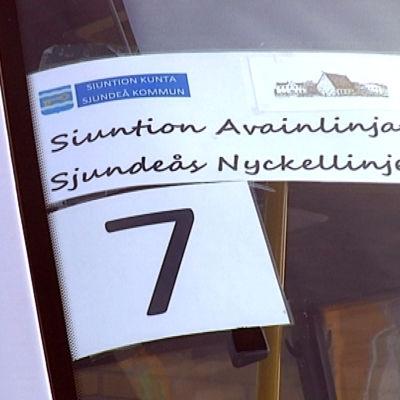 En skylt i ett bilfönster där det står Sjundeås Nyckellinjer.