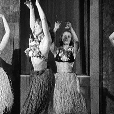 Kauppakorkeakoulun opiskelijat tanssimassa hulahulaa