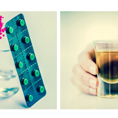 ett snapsglas med alkohol i och ett p-pillers ark som lutar mot ett tomt snapsglas