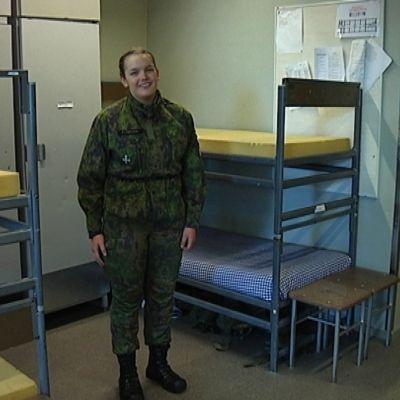 kvinna i militärkläder i sovstuga
