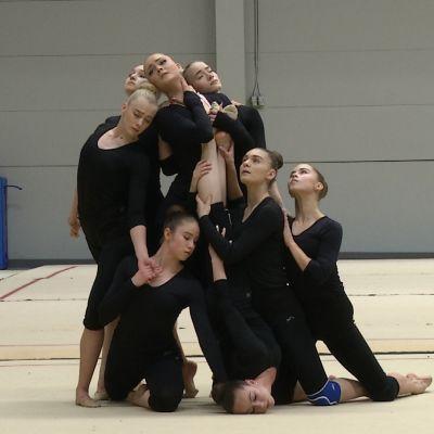 Gymnastiktrupp står i startposition.