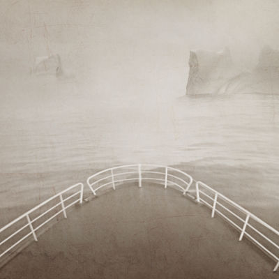 Kuva rahtialuksen kannelta. edessä siintää hyinen meri