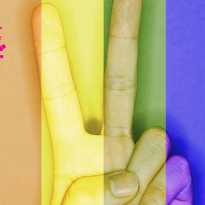 en hand som visar peace märket med fingarna under ett halv genomskinligtlager av regbågens olika färger