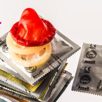 en hög med olika kondomer med och utan förpackning