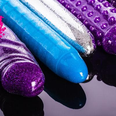 olika färgs dildon och vibratorer
