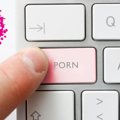 ett finger som trycker på en tangent på ett tangentbord var det står porn