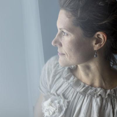 Heini Hirvonen katsoo ulos ikkunasta.