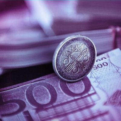 500-eurossedlar med ett mynt med skattebyråns logo på.