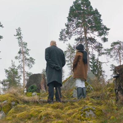 Tutkija Panu Pihkala ja toimittaja Ronja Salmi hiljentyneenä hakatun metsän muistolle.