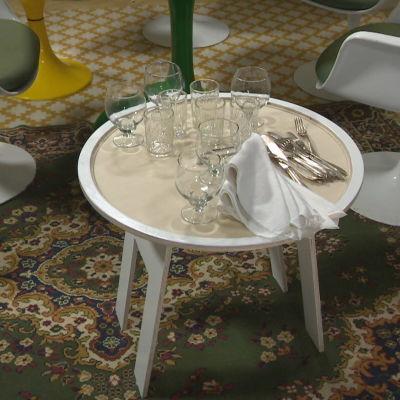 Lasit valkoisella sivupöydällä.