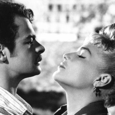 Serge Reggiani ja Simone Signoret syleilevät elokuvassa Rakastajatar (Casque d'or)