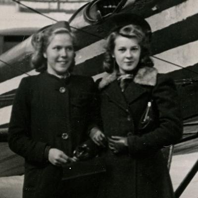 Teinitytöt Meri ja Kati sotanäyttelyssä Helsingin Messuhallissa.