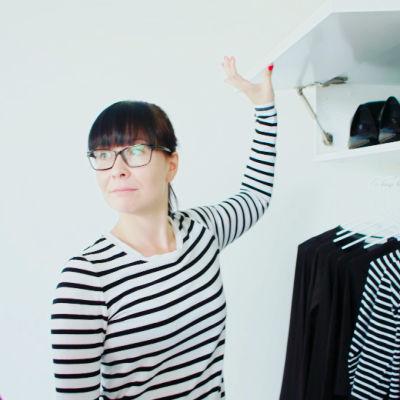 Miia esittelee Jenny Lehtiselle vaatekaappejaan. Yläkaapista löytyvät kaikki kengät.