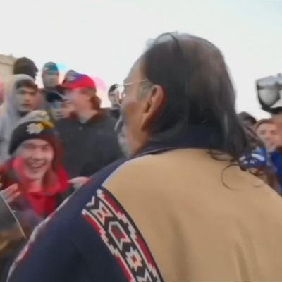 Elever från en katolsk skola och en representant för USA:s ursprungsbefolkning i huvudstaden Washington den 18 januari 2019.