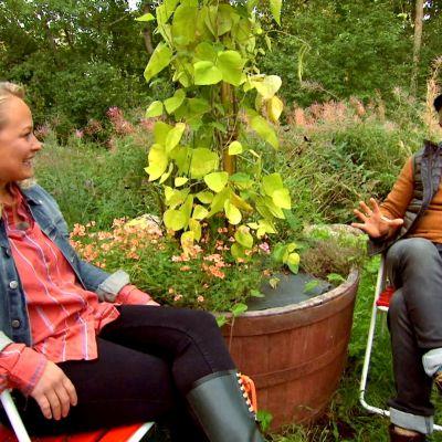 Owe och Elin i Strömsös trädgård.